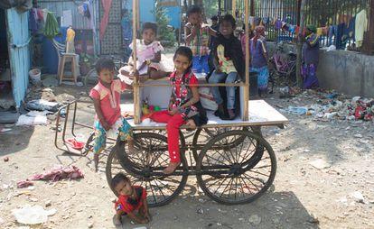 Varias decenas de personas con discapacidad y sus familias – más de 50 contando a niños – viven en Viklang Colony. El slum de los discapacitados de Mumbai fue creado por Imran hace 15 años y llegó a acoger a más de 250 personas llegadas de toda India.