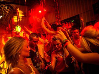 Gente bailando en Privilege, la discoteca -la mayor del mundo- se encuentra en Ibiza.