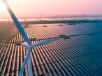 Paneles solares y turbinas eólicas en una central eléctrica integrada en la ciudad china de Dongtai.