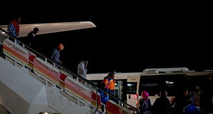 Varios de los primeros refugiados llegados a España, tras aterrizar el domingo en el aeropuerto madrileño de Barajas.