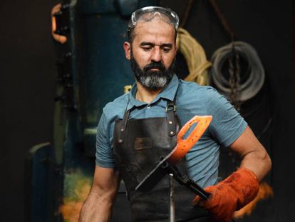 Miguel Barbudo, forjando un cuchillo de trinchera en una de las exigentes pruebas de 'Forjado a fuego'. En vídeo, una promoción del programa en Mega.