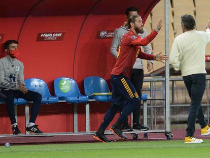 Sergio Ramos choca la mano de Luis Enrique antes de salir este miércoles contra Kosovo en Sevilla.