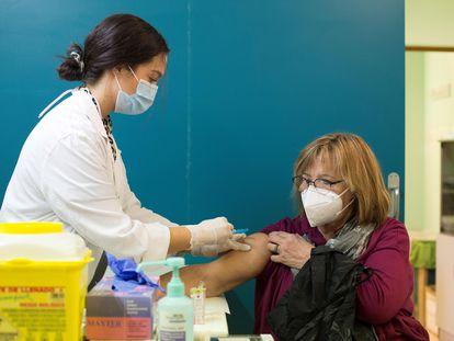 Una mujer recibe la vacuna de la gripe en el centro de salud Rebolería, en Zaragoza.