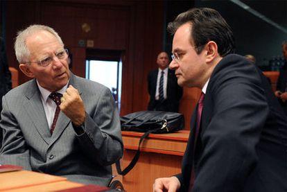El ministro alemán de Finanzas, Wolfgang Schäuble, izquierda, junto a su colega griego, Yorgos Papaconstantinou, ayer en Bruselas.