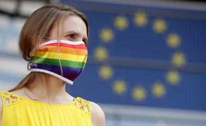 Una activista muestra su apoyo a la comunidad LGTBI polaca frente al Parlamento Europeo, este martes.