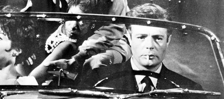 Imagen de la película 'La dolce vita', de Federico Fellini, con el actor Marcello Mastroianni conduciendo un coche. Su personaje en el largometraje, Marcello Rubini, es el de un periodista con veleidades literarias.