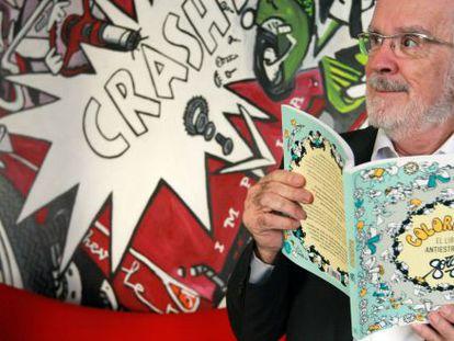 Forges posa con su nuevo libro en Bilbao.
