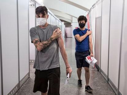 Los jóvenes de 26 a 29 años reciben su primera dosis de la vacuna, este miércoles, en el Museu de les la Ciudad de las Artes.