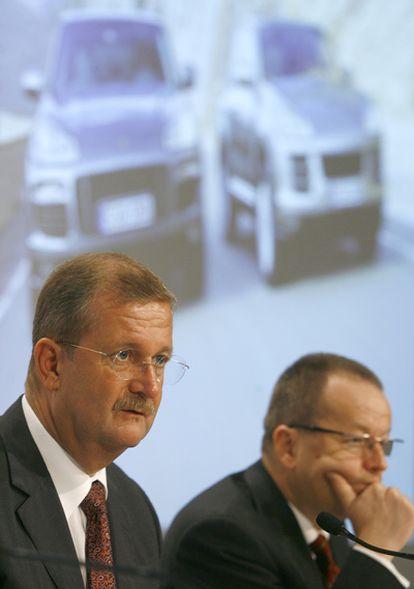 Los directivos de Porsche Wiedeking y Härter aisten a la conferencia anual de la empresa, en Sttutgart, en 2006.