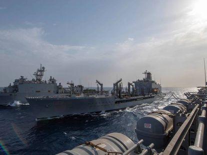Tres barcos militares estadounidenses maniobran en aguas del golfo de Aden, el pasado 5 de julio.