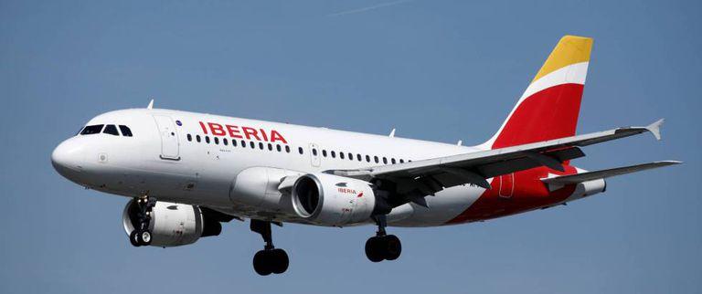 Un avión de Iberia en vuelo.