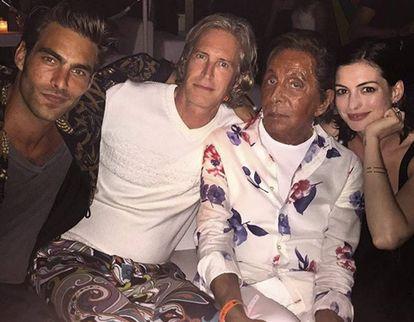 Jon Kortajarena junto a Valentino y la actriz Anne Hathaway en 2015.