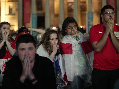 Reacción de los fans de Inglaterra en Trafalgar Square de Londres durante los penaltis que ganó Italia en la final de la Eurocopa