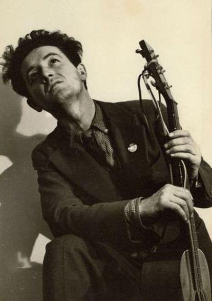 El cantautor Woody Guthrie.