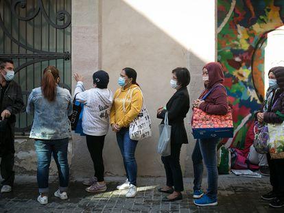 Colas para recibir comida den la parroquia Santa Anna de Barcelona.