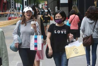 Mujeres de paseo en un barrio comercial en Taipéi.