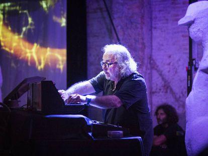 Miki Espuma, reinterpretando a Bach en el sótano de la fábrica Moritz.