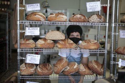 Marian Campoy detrás de sus panes ecológicos recién hechos en su obrador 180 de Carabanchel.