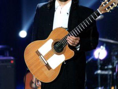 Raimundo Amador con una de sus guitarras tras una actuación en 2000.