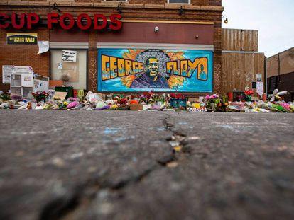 El mural de seis metros levantado por Cadex Herrera, Greta McClain y Xena Goldman en la puerta del supermercado de Minneapolis donde fue asesinado George Floyd se ha convertido en lugar de peregrinaje de los vecinos para honrar la memoria del afroamericado víctima del racismo policial. |