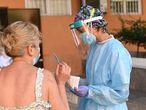 MADRID, 25/08/2020.- Varias personas esperan su turno para las pruebas aleatorias de PCR en el Centro de Salud Abrantes en el distrito de Carabanchel en Madrid, este martes. La Comunidad de Madrid ha hecho este lunes un total de 1.574 pruebas aleatorias de PCR en el distrito de Carabanchel para tratar de detectar casos asintomáticos de coronavirus en población de entre 15 y 49 años, según han indicado fuentes de la Consejería de Sanidad. EFE/ Fernando Villar