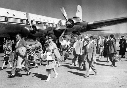 Passengers next to an Alitalia plane, at Ciampino airport, around 1964.