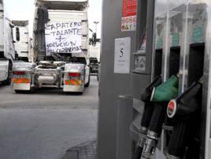 Detalle de un surtidor de gasolina. EFE/Archivo