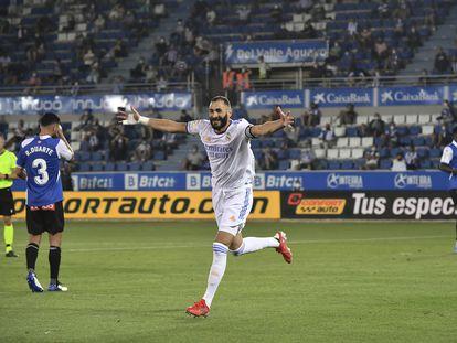 Benzema celebra su segundo gol ante el Alavés este sábado en Mendizorroza.