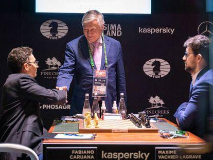 El excampeón Anatoli Kárpov saluda a Caruana antes de realizar el saque de honor, hoy en Yekaterimburgo