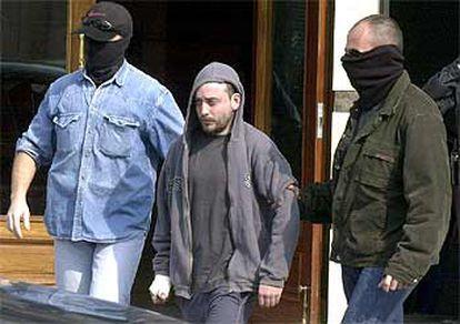 Agentes de la Ertzaintza trasladan a uno de los detenidos en Vitoria.