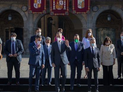 El rey Felipe saluda junto a Pedro Sánchez (tercero por la izquierda) y los presidentes autonómicos tras la foto de familia de la Conferencia de Presidentes este viernes en Salamanca.