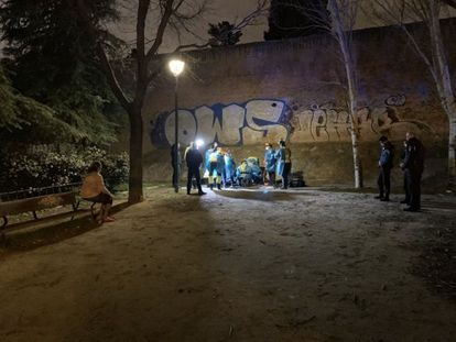 Los sanitarios atienden a un niño de 13 años atacado por una banda en febrero en Carabanchel. EMERGENCIAS MADRID / EP