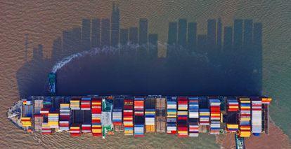 Un buque de contenedores en la zona portuaria de Yangshan (China).
