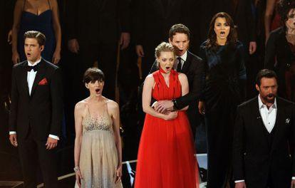 El reparto de 'Los miserables', durante su actuación.