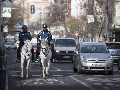 Policías municipales patrullando por Puente de Vallecas en una imagen de archivo