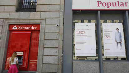 Una oficina del Santander junto a otra del Banco Popular.