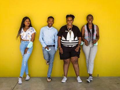De izquierda a derecha,  Nihlali Nolokwe, Zipho Sithandathu, Phumeza Runeyi y Sisanda Khuzami posando en Khayelitsa. Los tres jóvenes colaboran con MSF como asesores sobre salud sexual en los colegios e institutos de su barrio. Runeyi ha sido la mentora de los tres y mantienen un estrecho contacto.