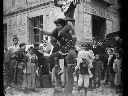 Saltimbanquis fotografiados por Cajal en las calles de Madrid.