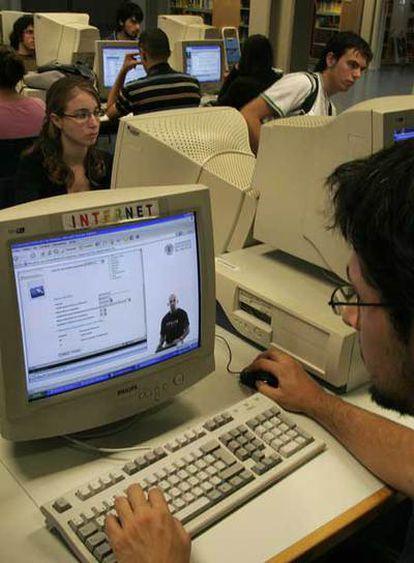 Universitarios en un aula de informática.