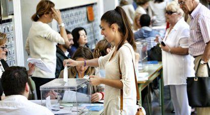 Votantes en un colegio electoral de Valencia.