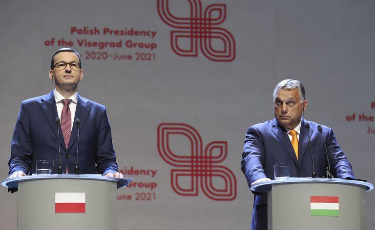 Los primeros ministros de Polonia, Mateusz Morawiecki, y Hungría, Viktor Orbán, en una conferencia de prensa el pasado septiembre.