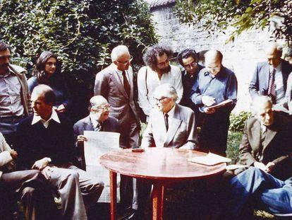 Miembros de OuLiPo, fotografiados en septiembre de 1975 en Boulogne (Francia)