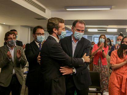 Pablo Casado saluda al candidato del PP a lehendakari, Carlos Iturgaiz, este miércoles en la reunión del Comité Ejecutivo Nacional del partido.