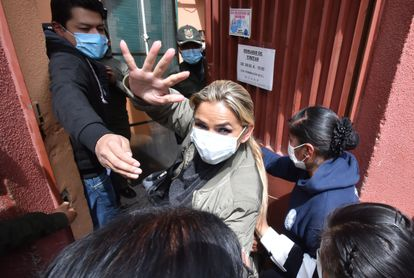 La expresidenta transitoria de Bolivia Jeanine Áñez ingresa a un centro penitenciario en La Paz, el 15 de marzo de 2021.