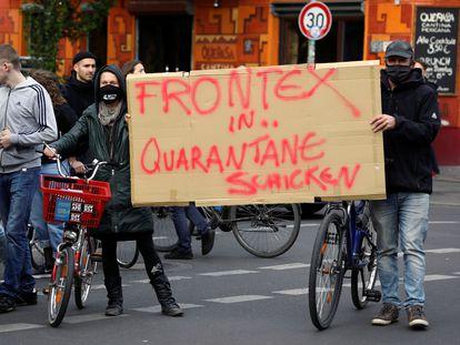 """Protesta en Berlín en mayo de 2020 en la que dos manifestantes llevan una pancarta que dice: """"Poned a Frontex en cuarentena""""."""