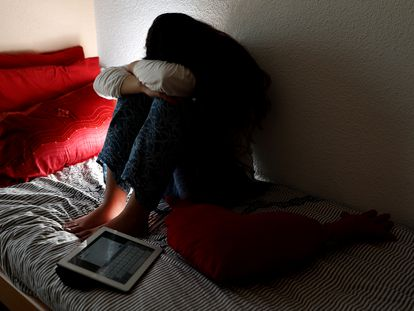 Una joven se tapa la cara, en una imagen de archivo.