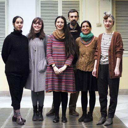 De izquierda a derecha, Laura Martínez del Pozo, Ana González de la Peña, Inés Aguilar, Javier Gutiérrez , Gavina Ligas y Julia Vergara, en el patio del Palacio de Gaviria.
