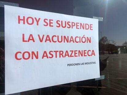 Cartel informativo sobre la suspensión de la vacuna de Astra Zeneca en Castilla y León, el pasado miércoles.