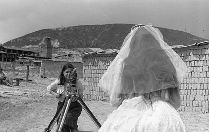 La directora Marta Rodríguez filmando una primera comunión en el rodaje de 'Chircales' (1966-1971).