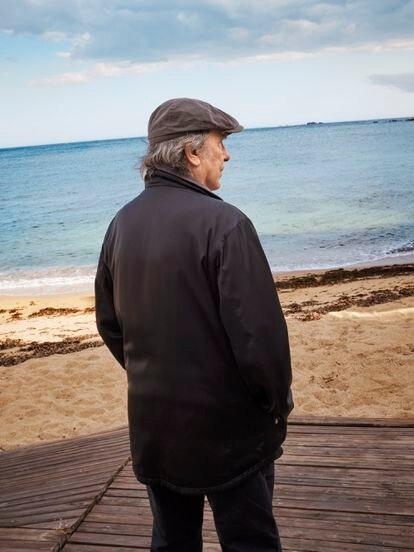 """Serrat, en Calella, """"entre la playa y el cielo"""", como cantaba en el tema que da título al disco."""